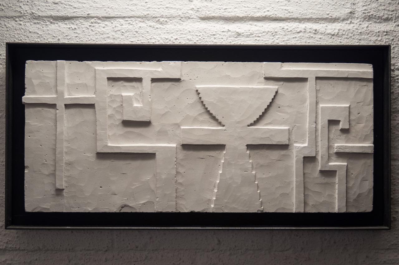 """Relief """"Kreuzkelch"""" in der Eingangshalle"""
