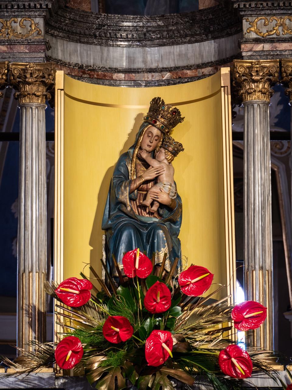 Holzfigur der Madonna mit Kind (um 1485, dem Meister von Santa Maria Maggiore und Giacomo del Maino zugeschrieben)