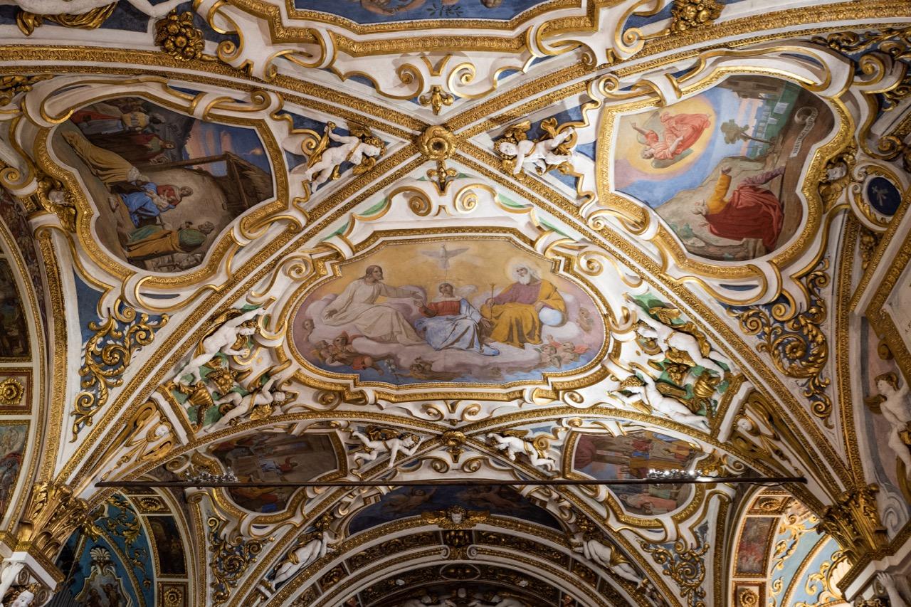 Deckenausmalung mit Marienkrönung und Szenen aus dem Leben Jesu (Luigi Tagliana, 1836), barocke Stuckdekoration