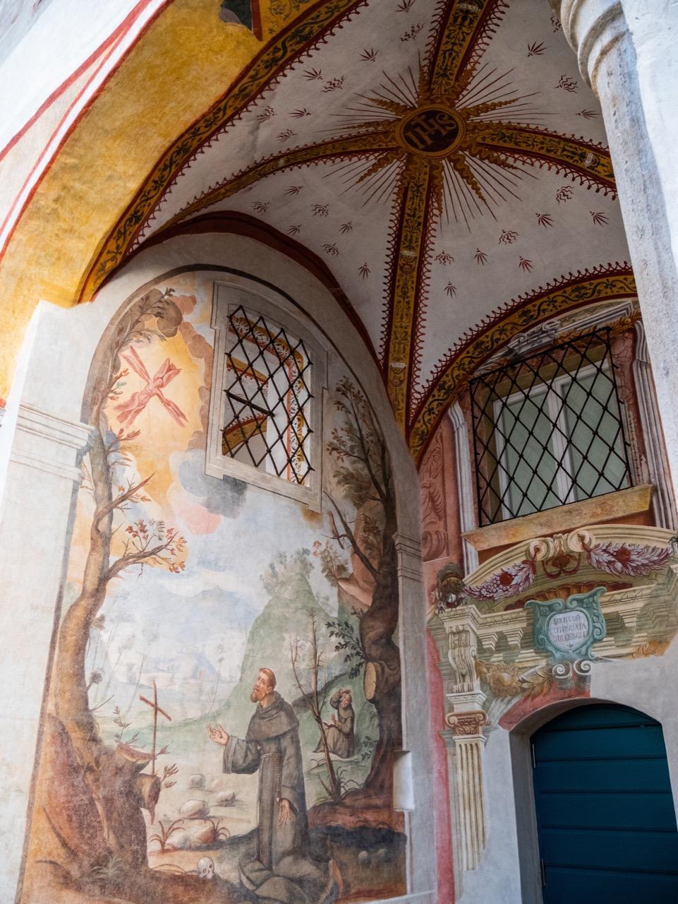 Ausgemalte Eingangshalle im Innenhof (17. und 18. Jh.) mit Wandgemälde des hl. Franziskus