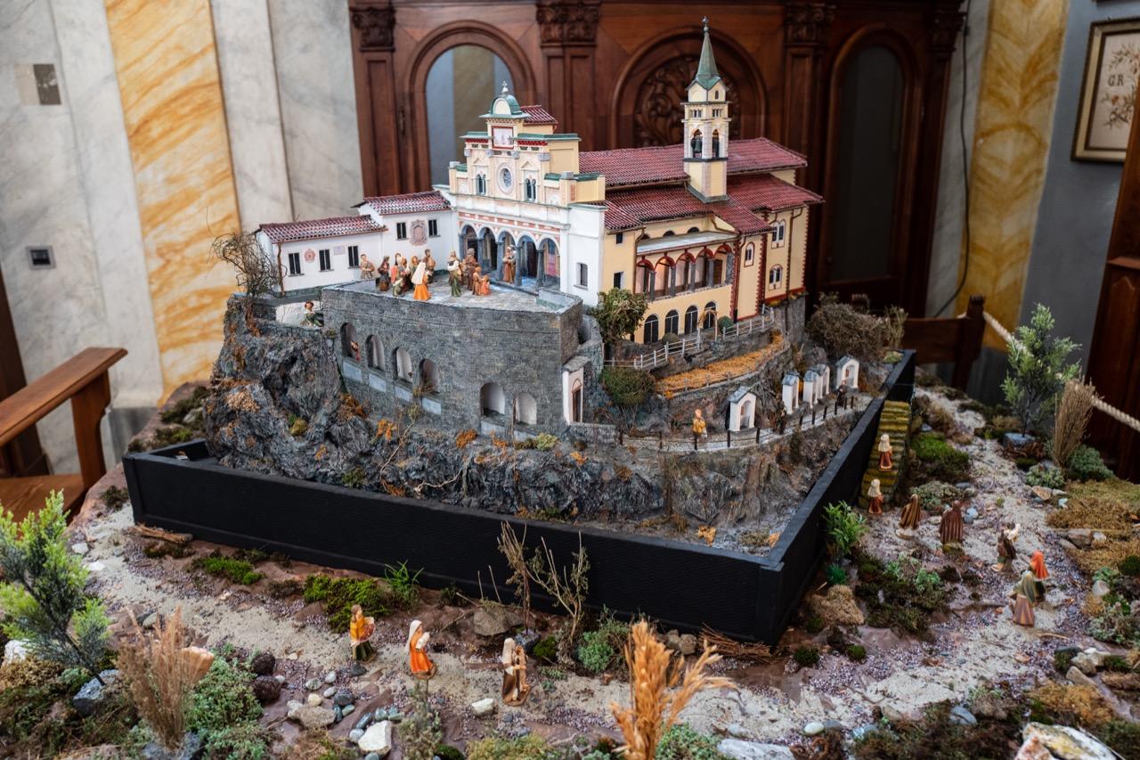 Modell der Kirche mit Krippenfiguren