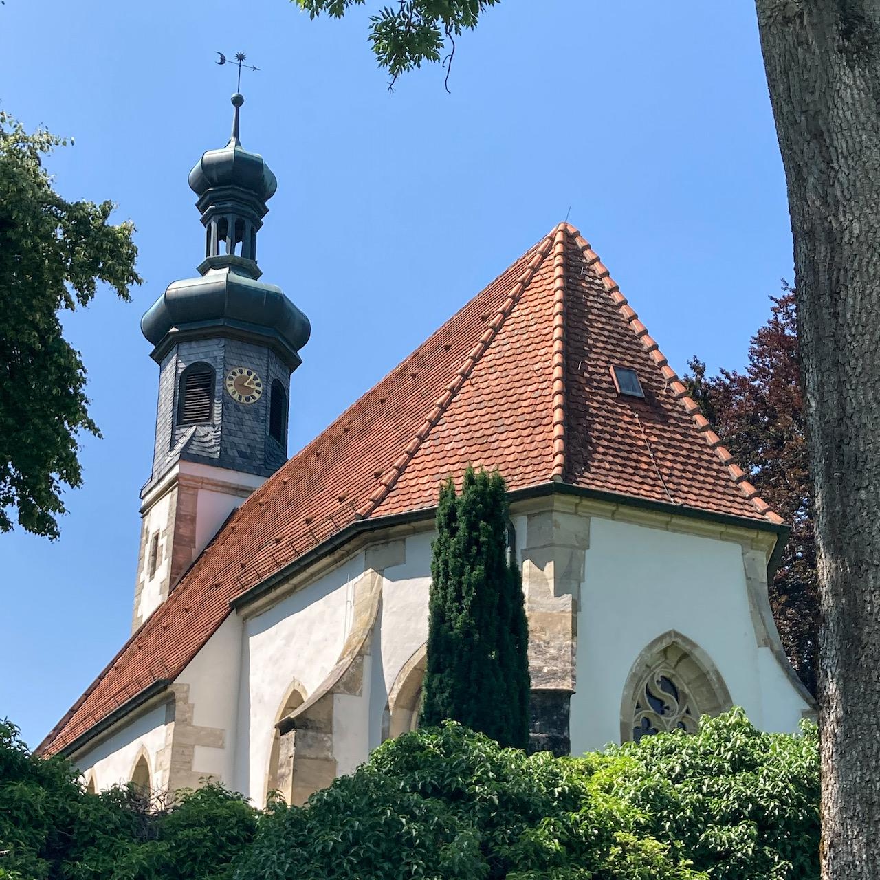 Blick von Südosten über die Kirchhofsmauer
