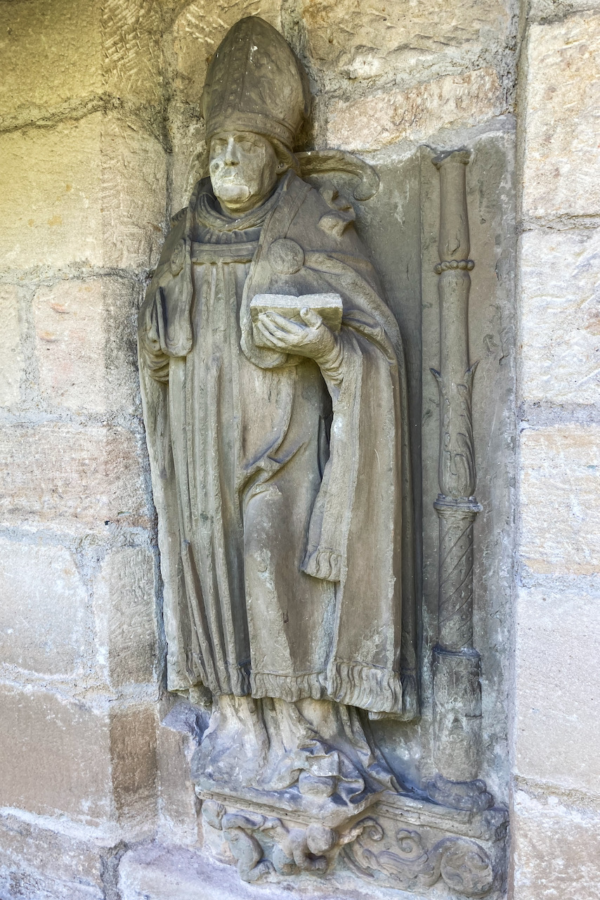 Epitaph eines Abts in der Kirchhofsmauer
