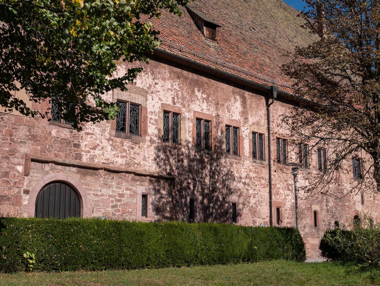 Außenansicht des Südwestflügels von Kloster Alpirsbach, in dessen ehemaligem Refektorium die Kirche untergebracht ist