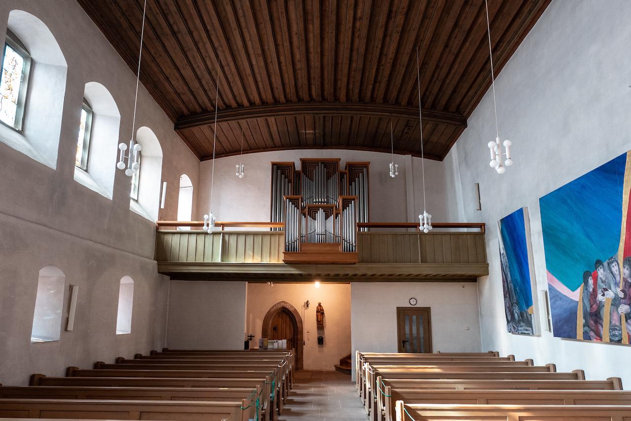 Innenansicht zur Westempore mit der 2020 aufgestellten Orgel