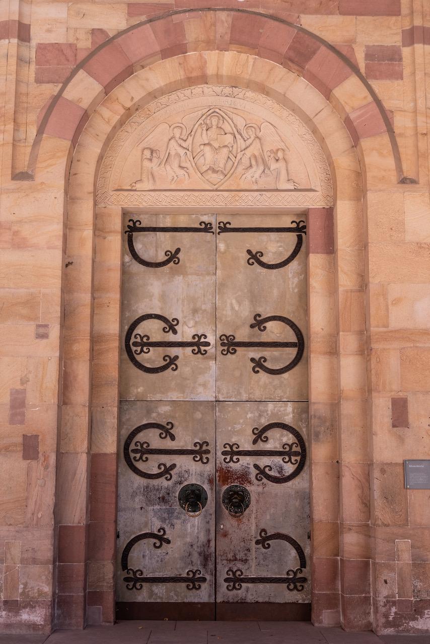 Westportal mit romanischen Eisenbeschlägen