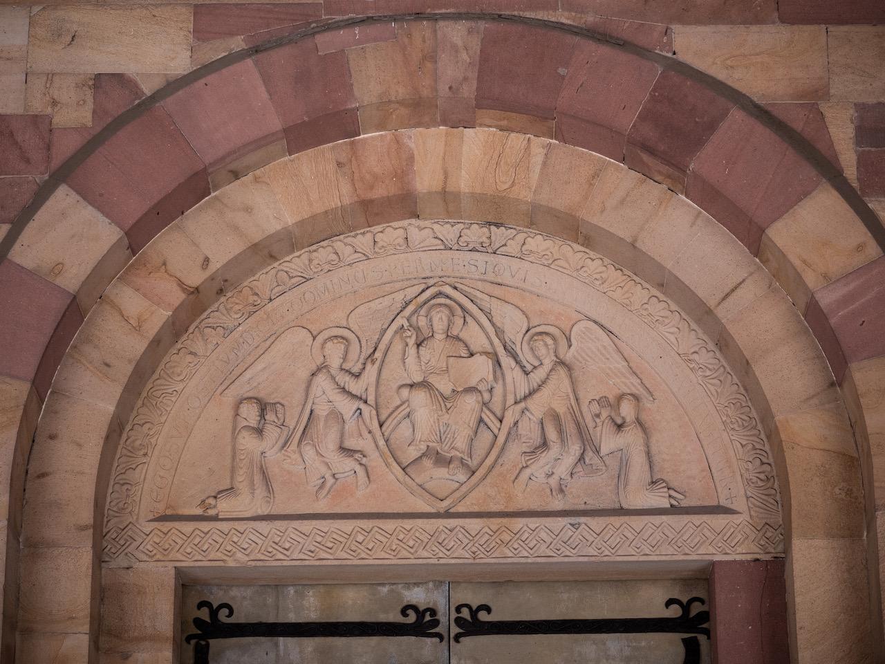 Tympanon über dem Westportal mit segnender Christusfigur und zwei Stifterfiguren (um 1130)