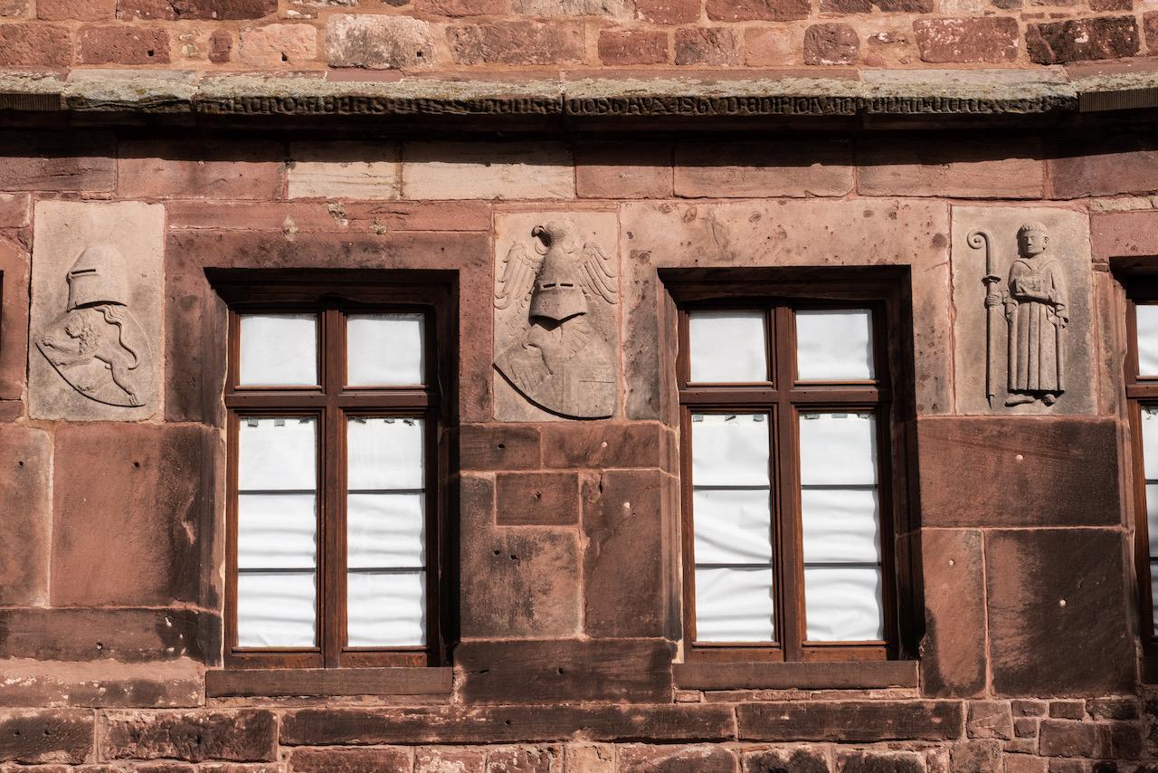 Reliefs in der Westfassade des Klosters