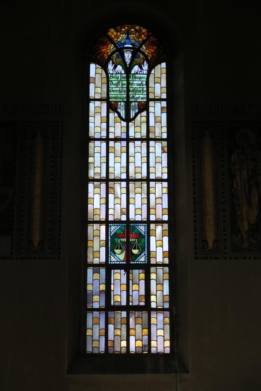 """Buntglasfenster """"Gerechtigkeit"""" (Wilhelm Pütz, 1947)"""