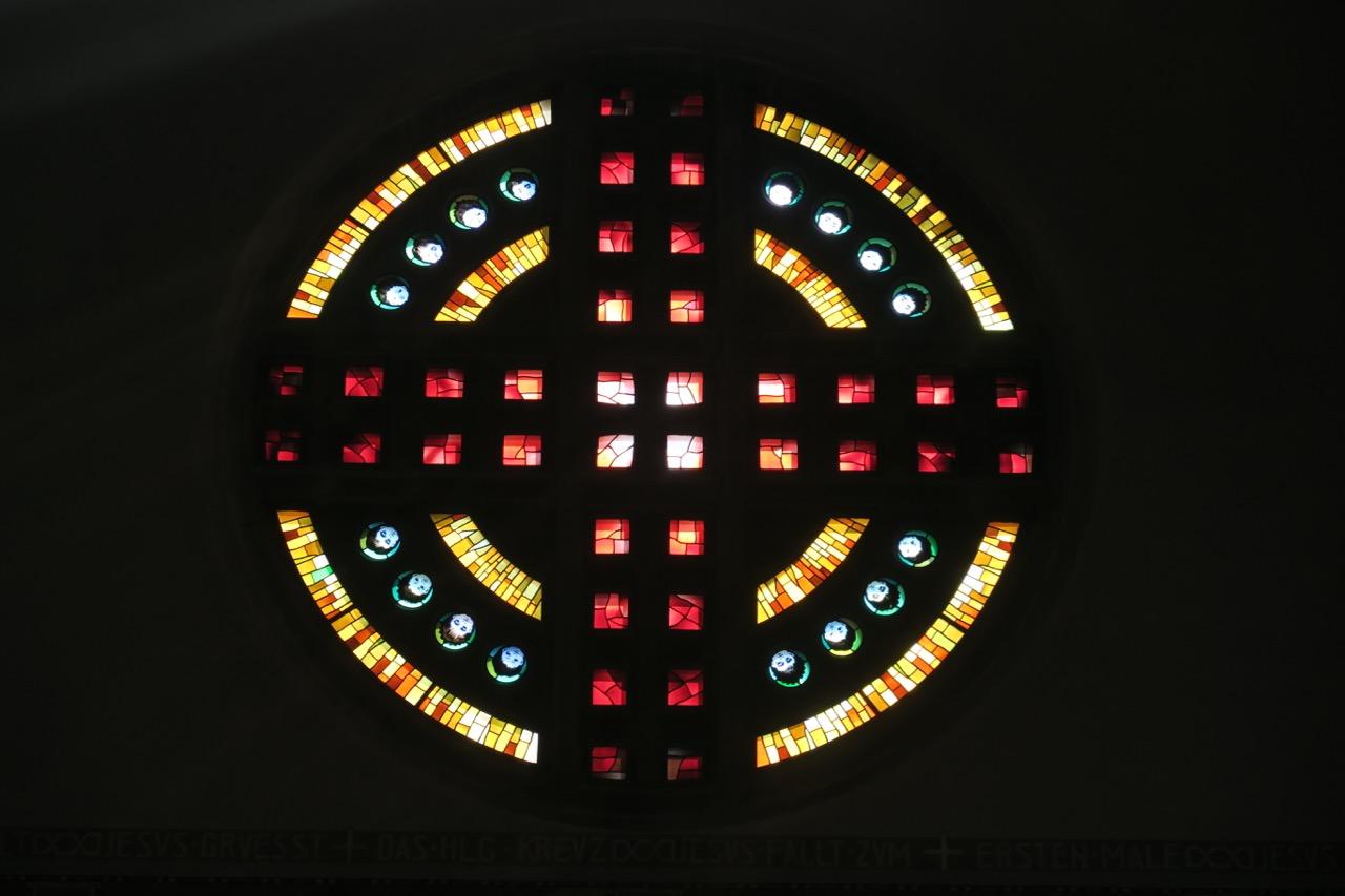 Buntglasfenster im südlichen Querschiff