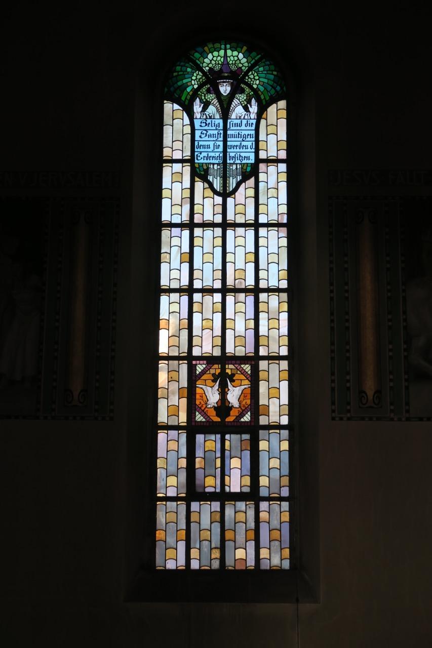 """Buntglasfenster """"Sanftmut"""" (Wilhelm Pütz, 1947)"""