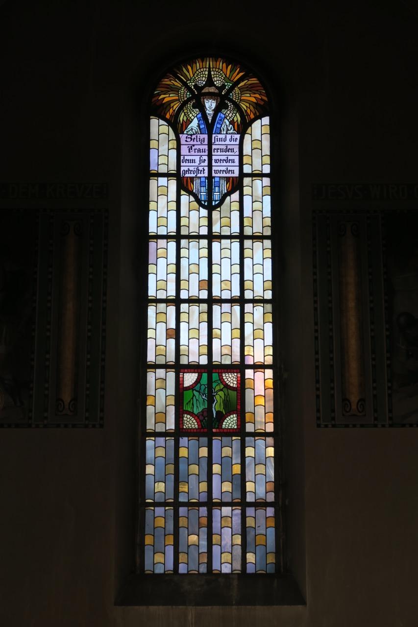 """Buntglasfenster """"Trauer"""" (Wilhelm Pütz, 1947)"""