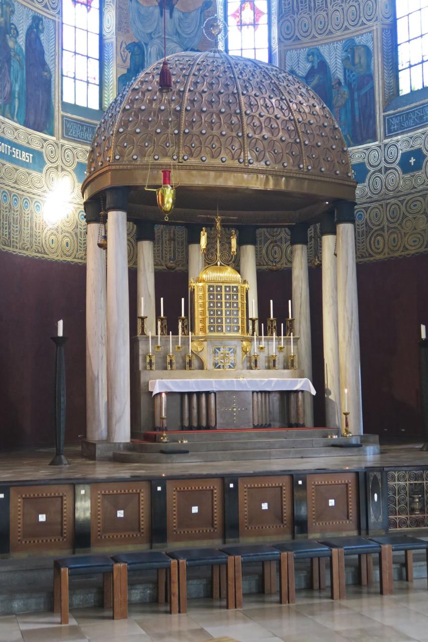 Hochaltar mit Kuppelbau von 1914