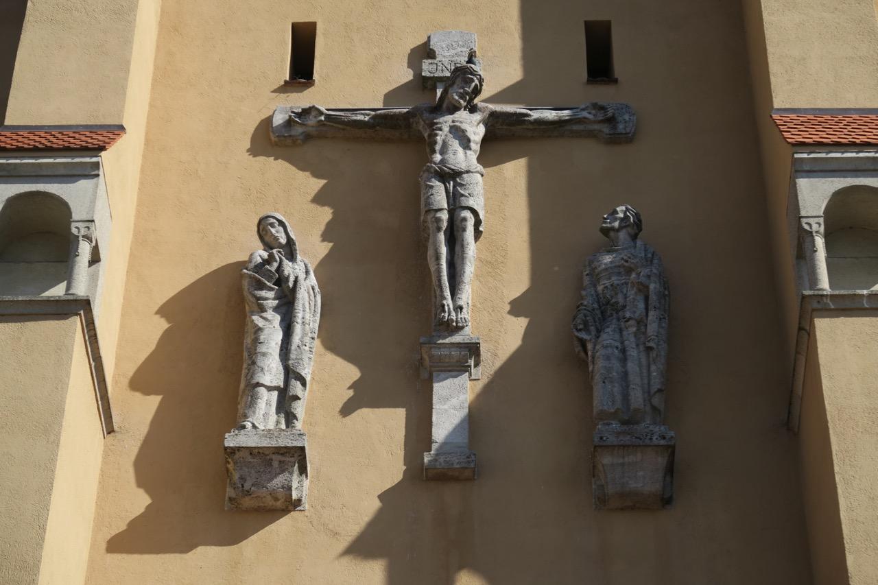 Kreuzigungsgruppe an der Westfassade (Jakob Rehle, 1937)