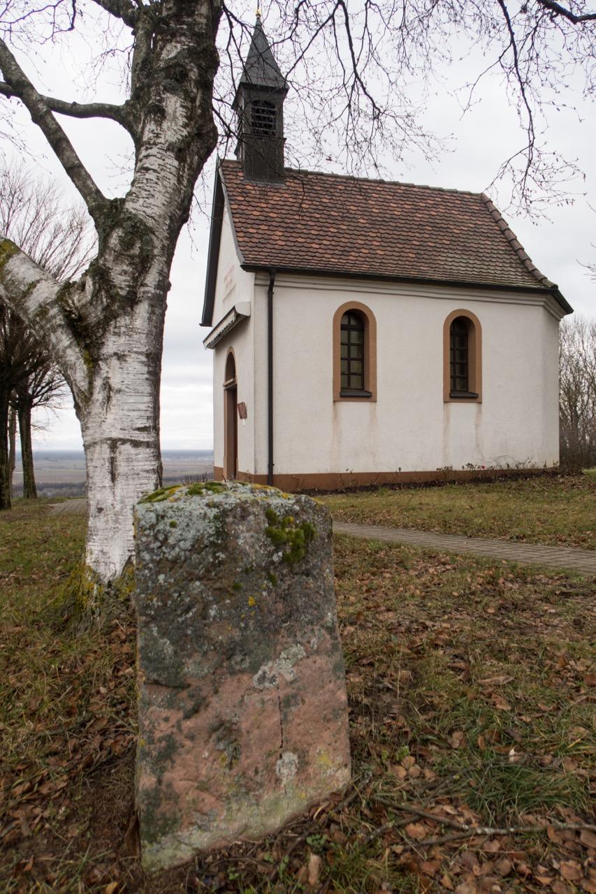 Kapelle mit Umfriedungsstein