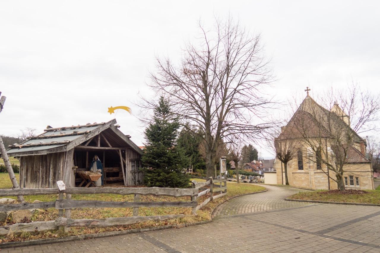 Krippe und Kirche von Osten
