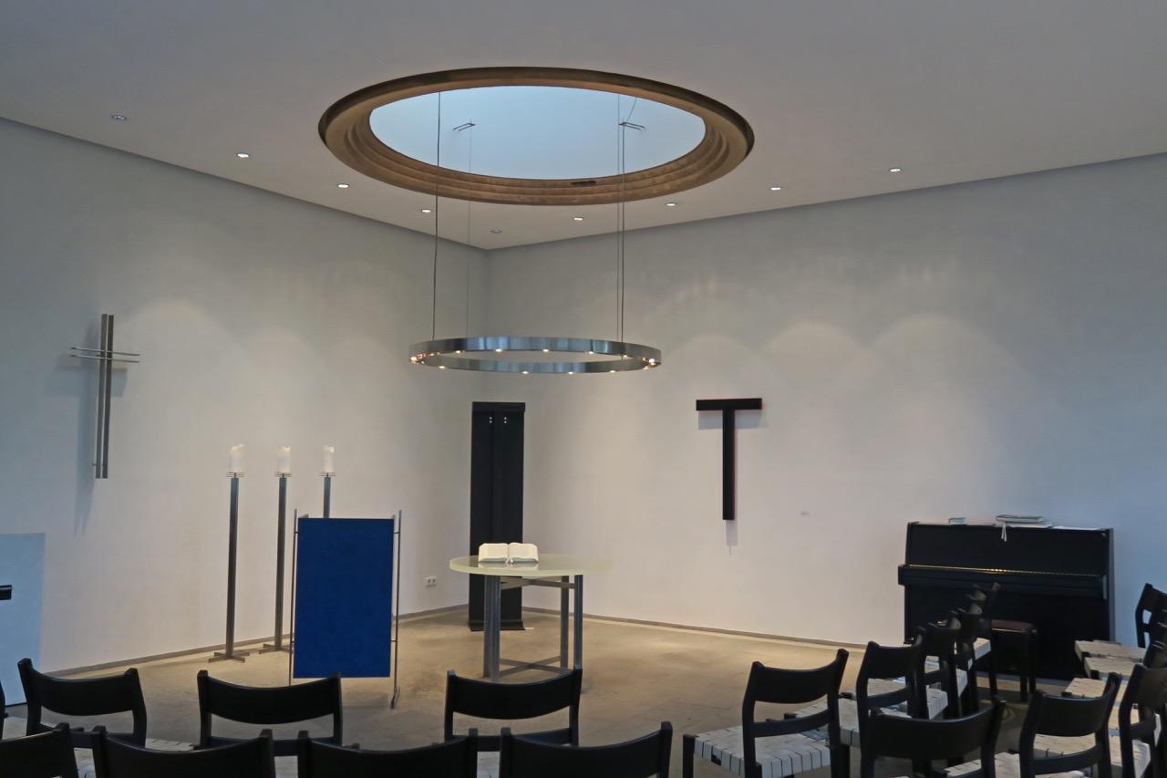 Altarbereich mit zwei temporär aufgestellten Skulpturen von Hans Albrecht