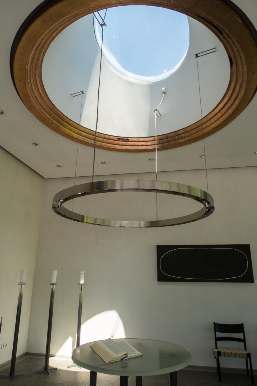 Lichtkuppel, Leuchterring und Altartisch
