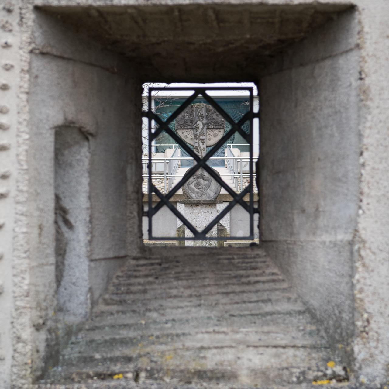 Durchblick durch den Johannesturm auf das Kreuz