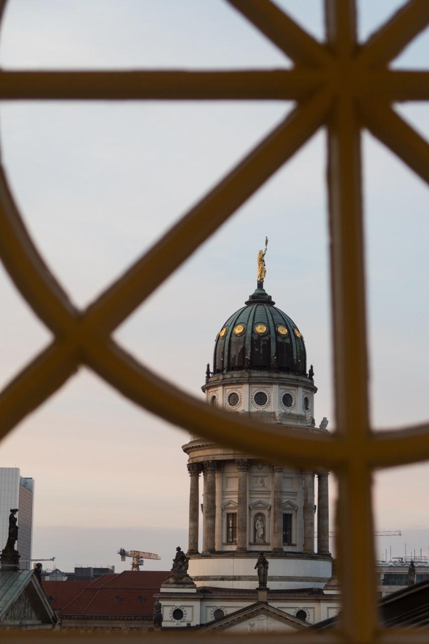 Blick auf den Turm des Französichen Doms aus dem Deutschen Dom