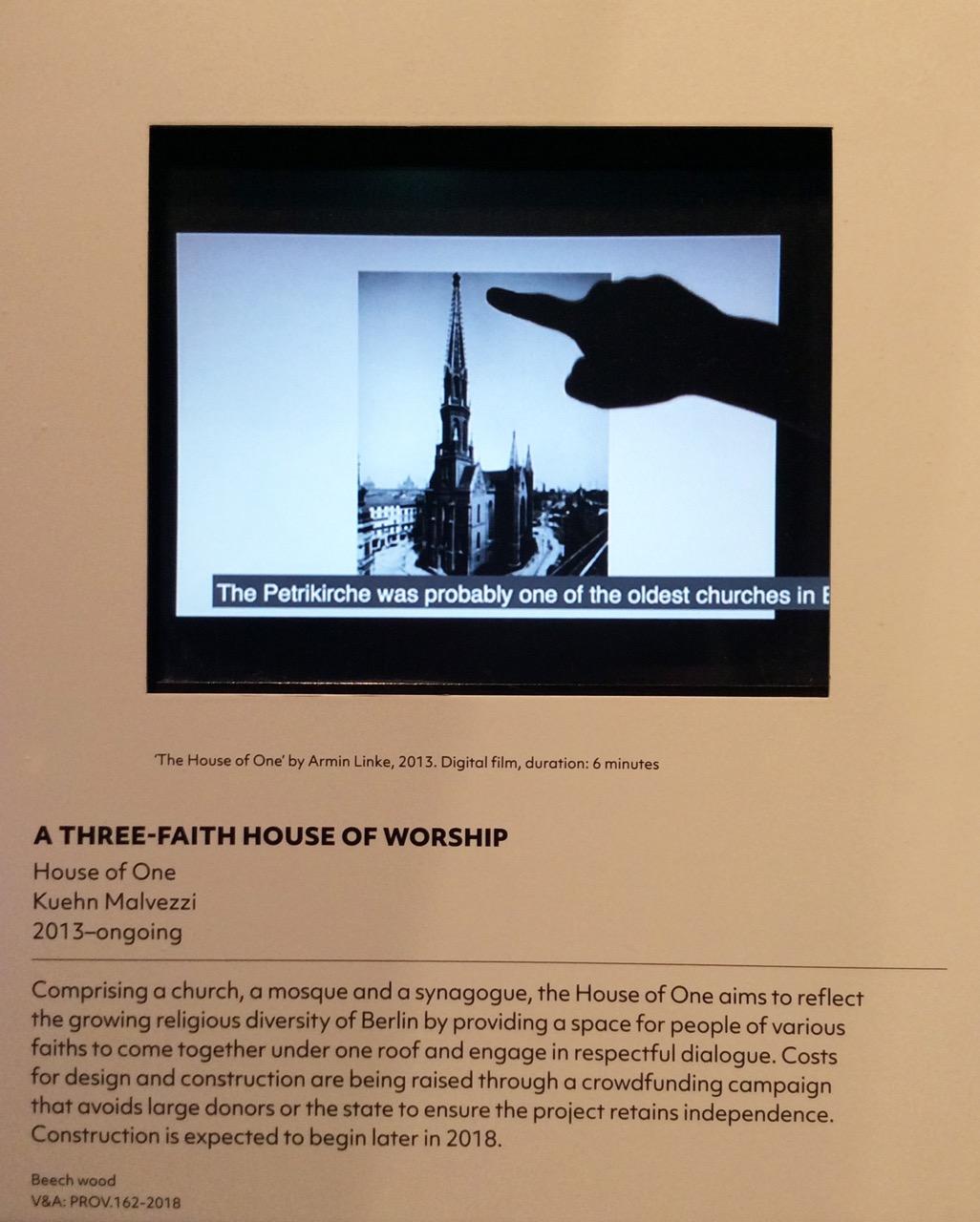 """Infotafel und Video zum House of One in der Ausstellung """"The Future Starts Here"""" im Victoria & Albert Museum, London"""