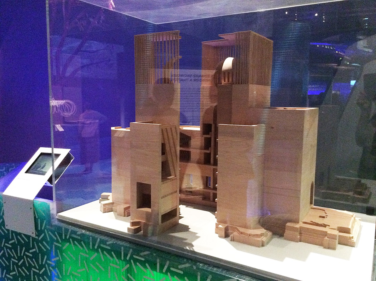 "Modell des House of One in der Ausstellung ""The Future Starts Here"" im Victoria & Albert Museum, London"