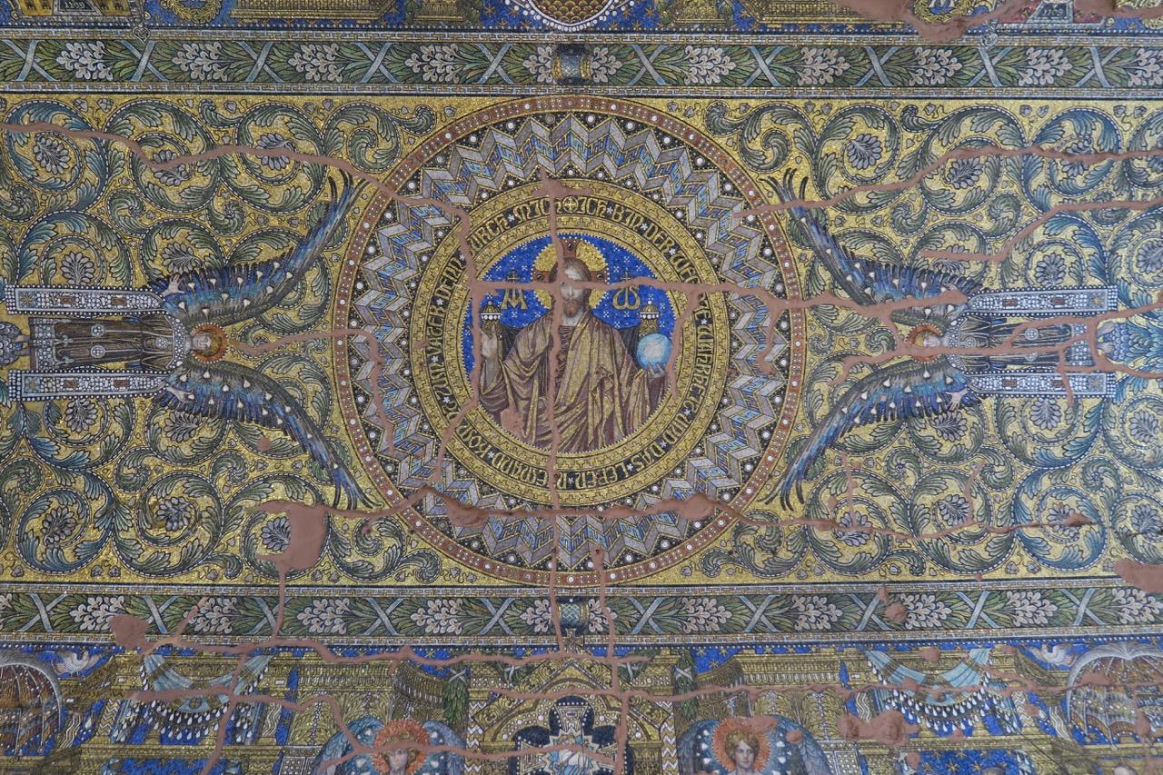 Deckenmosaik in der Gedenkhalle