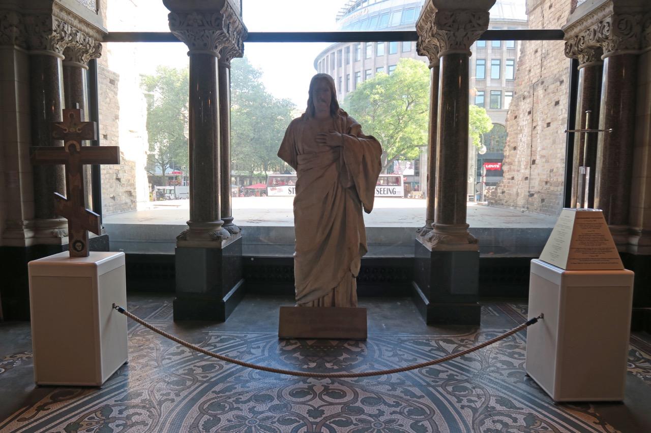 Kreuze und Christusfigur in der Gedenkhalle