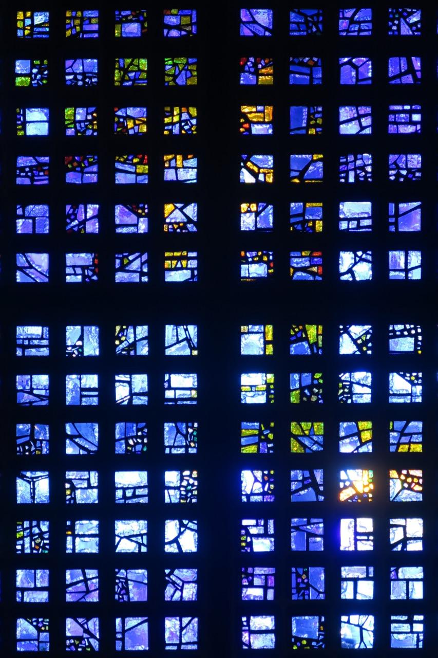 Glasfenster im Sonnenlicht