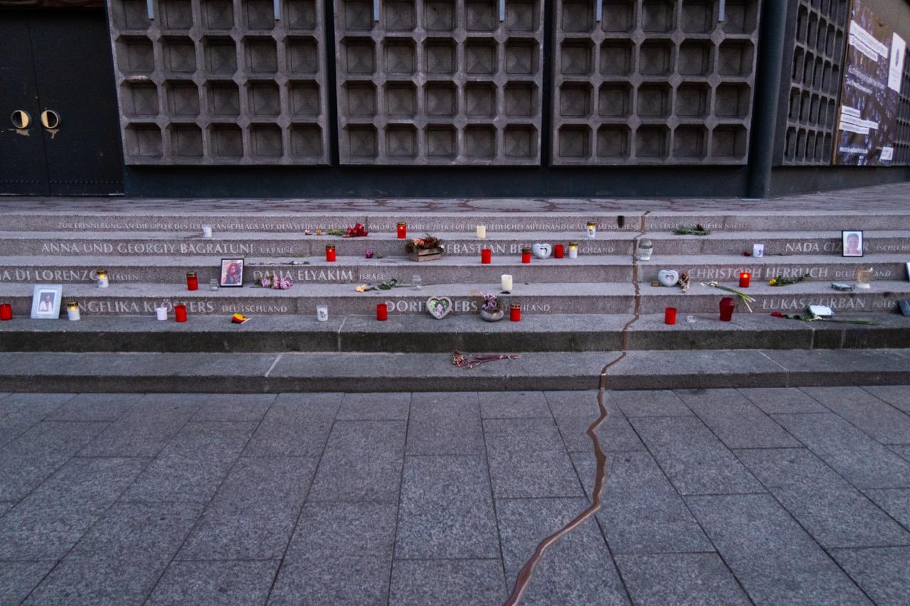 """Treppenmahnmal """"Goldener Riss"""" zur Erinnerung an den Terroranschlag vom 19.12.2016 mit den Namen der 11 Todesopfer"""