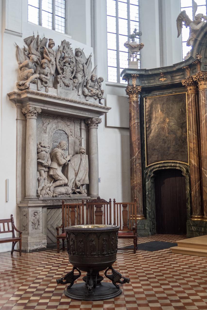 Taufbecken, 1437 und Epitaph Sparr