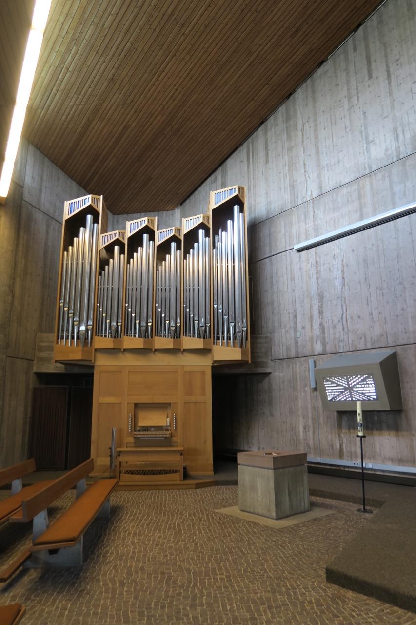 Orgel, Taufstein und Tauffenster