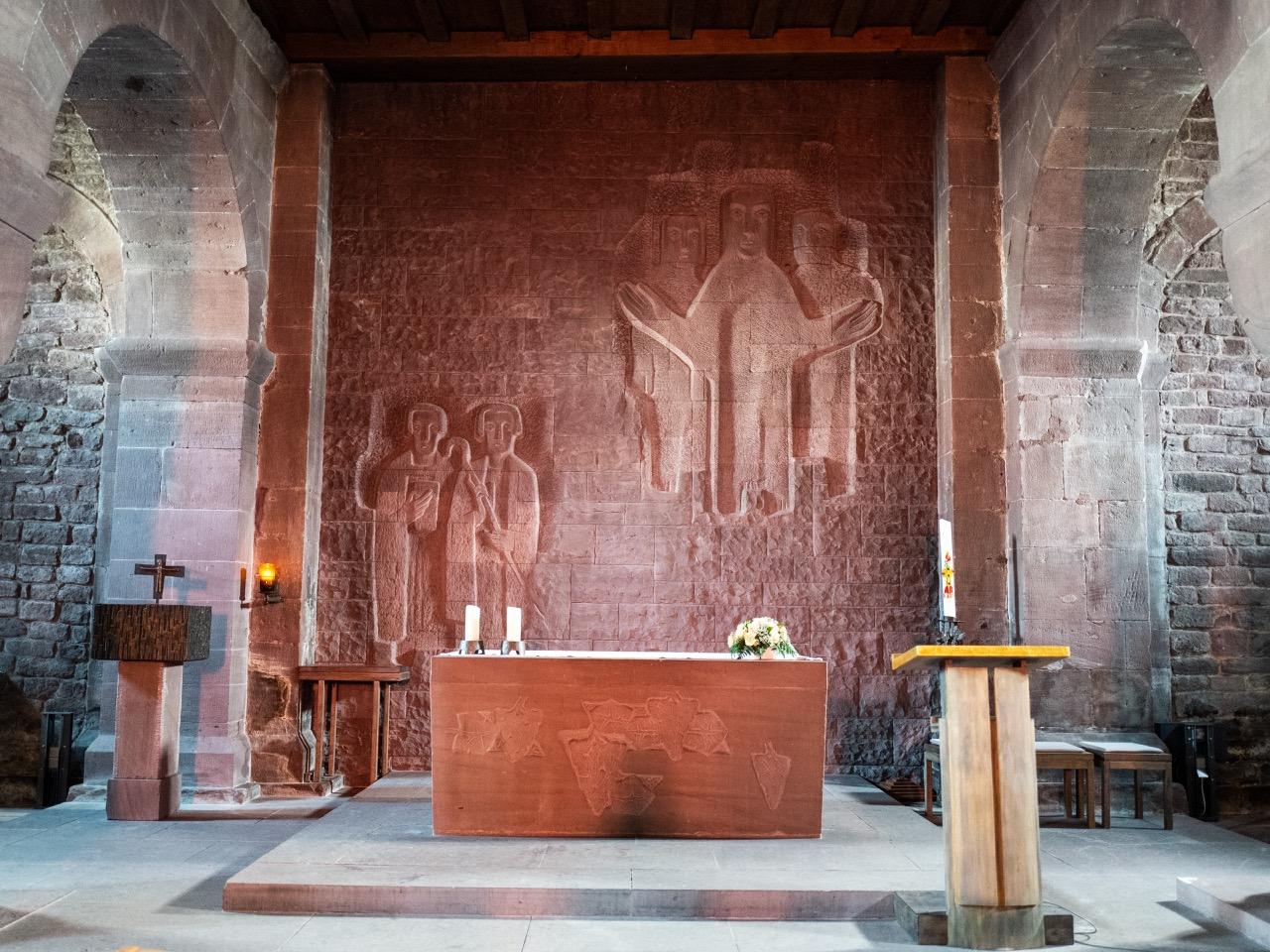 Altarraum (Altar und Tiefrelief an der Rückwand von Otto Herbert Hajek, 1955)