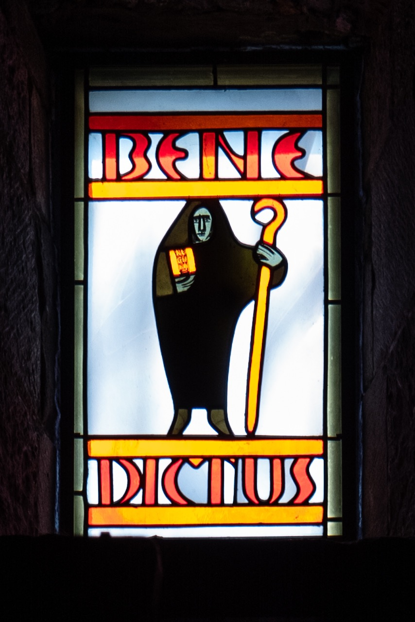 "Buntglasfenster ""St. Benedikt"" (Wilhelm Geyer, 1955)"