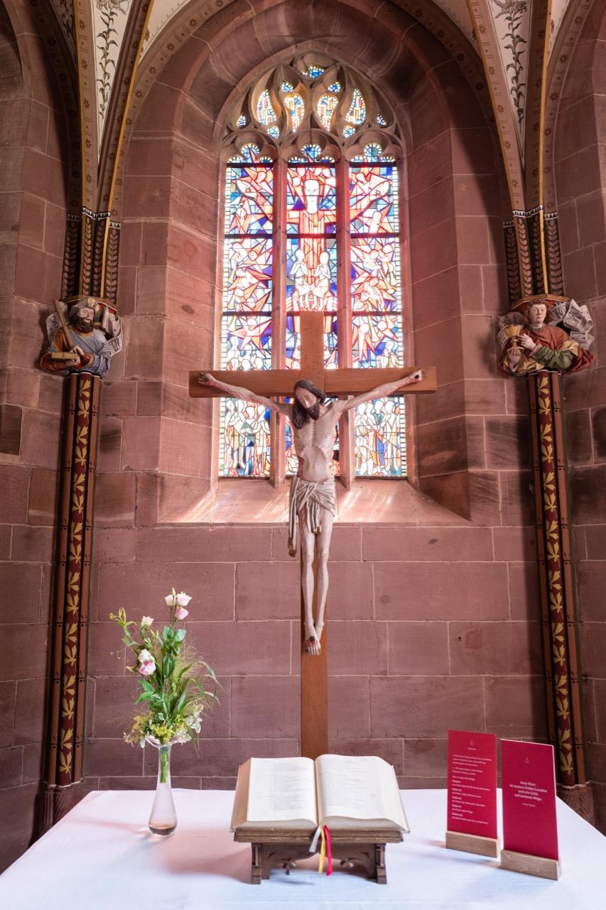 Marienkapelle, Altar und Kruzifix