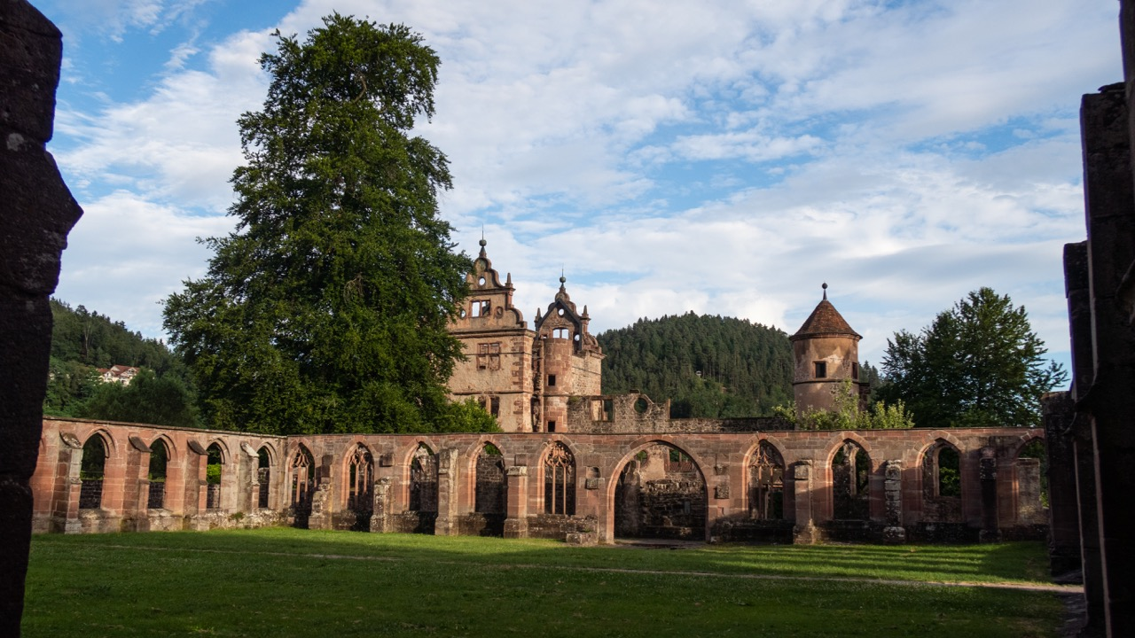 Blick durch den Kreuzgang nach Süden zum Jagdschloss des Herzogs
