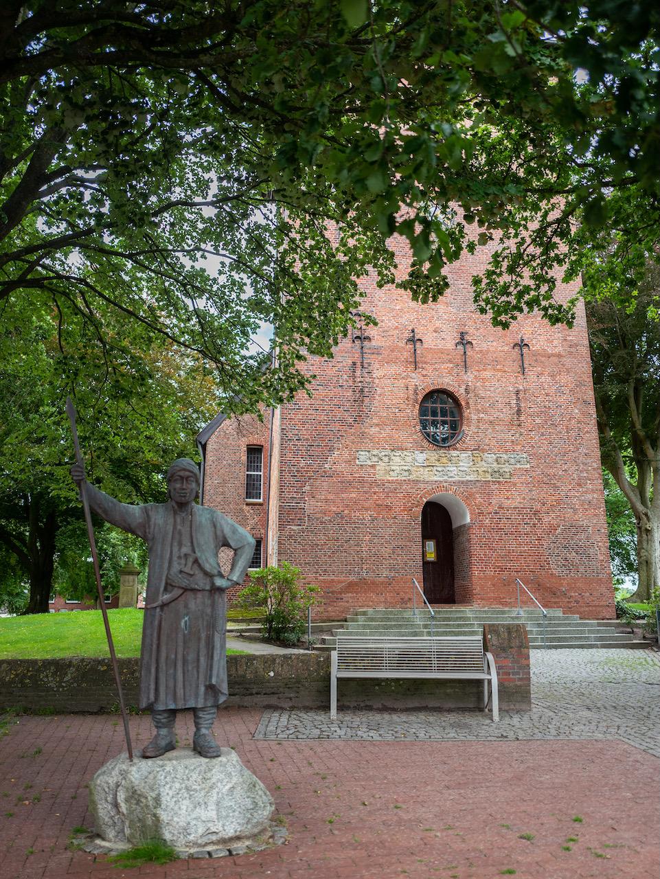 Denkmal für den 1733 in Lüdingworth geborenen Geographen und Forschungsreisenden Carsten Niebuhr