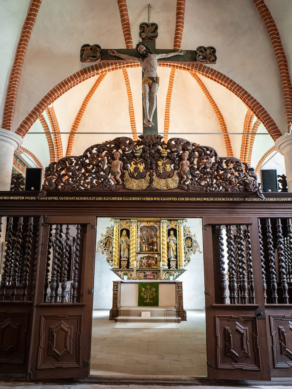 Eingang Chorraum mit Kruzifix