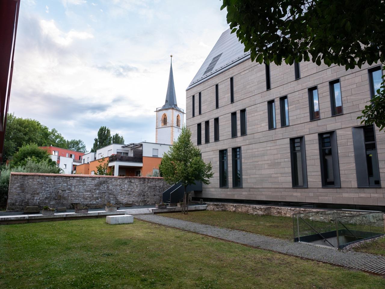 Abgang zum Ort der Stille, Blick auf den Nikolaiturm und Eingang zur Rosenkirche