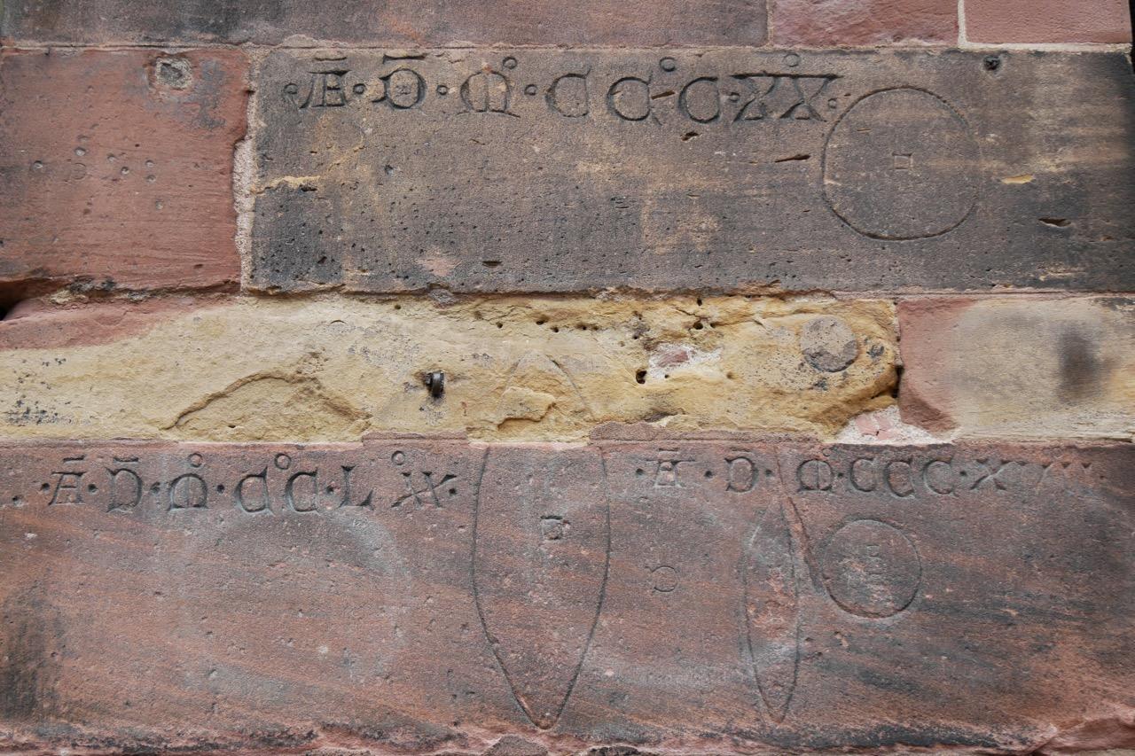 Umrisse von unterschiedlich großen Broten mit den Jahreszahlen 1270, 1317 und 1320