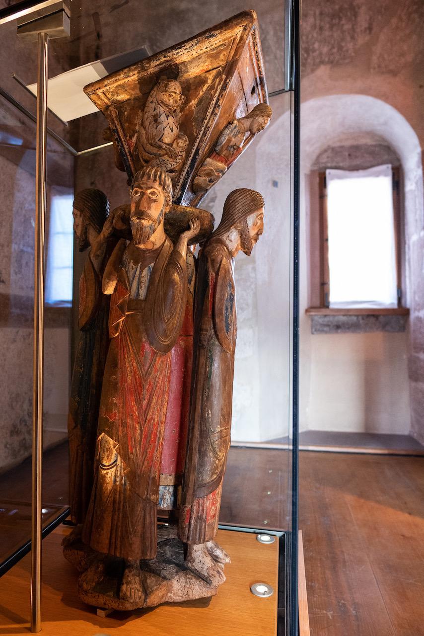 Lesepult Seitenansicht (um 1150; Ausstellung in Alpirsbach während Kirchenrenovierung)