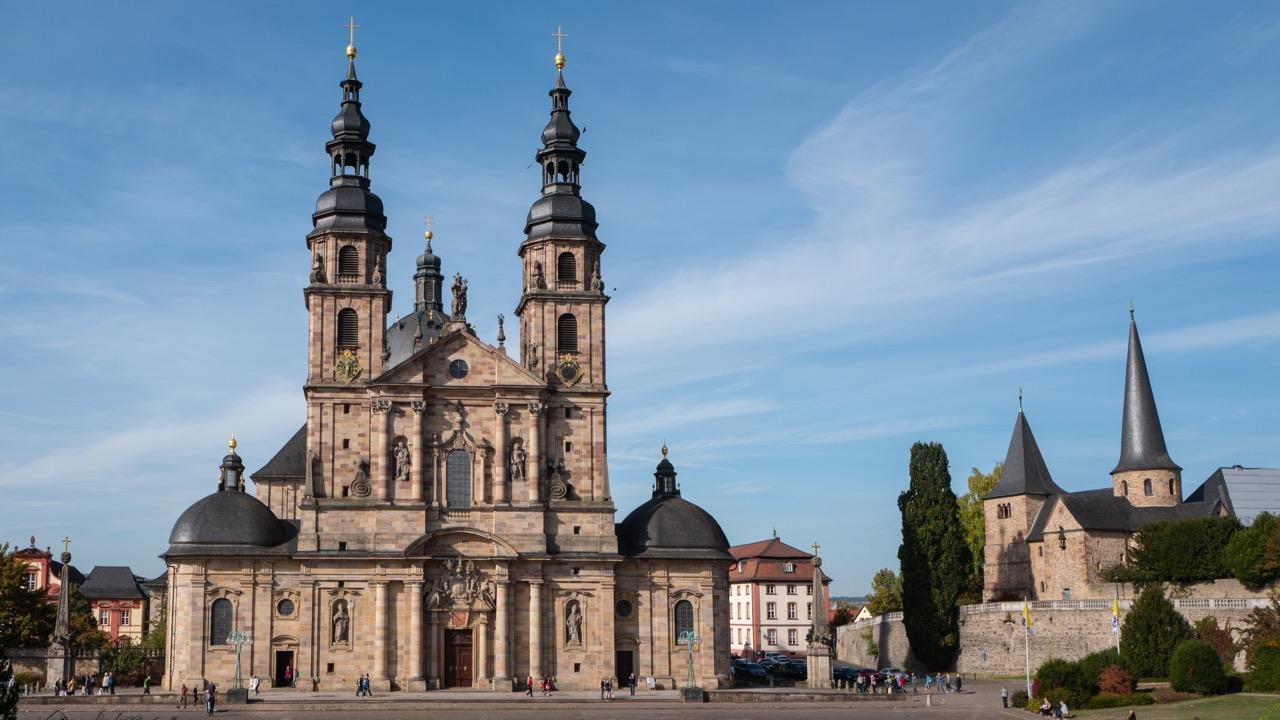 Domplatz mit Michaelskirche (rechts) und Fuldaer Dom
