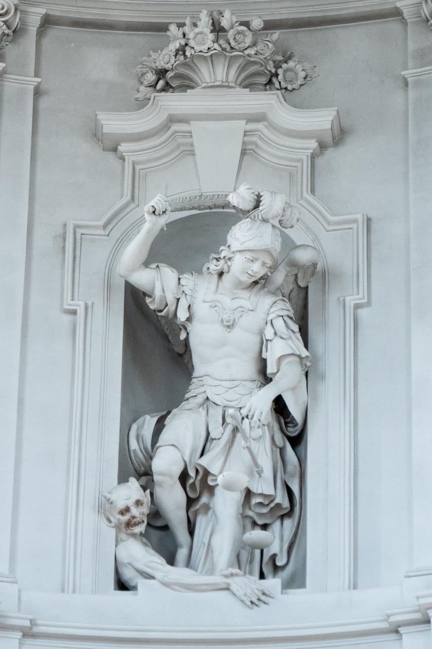 Figur des Erzengels Michael in der Laterne der Kuppel