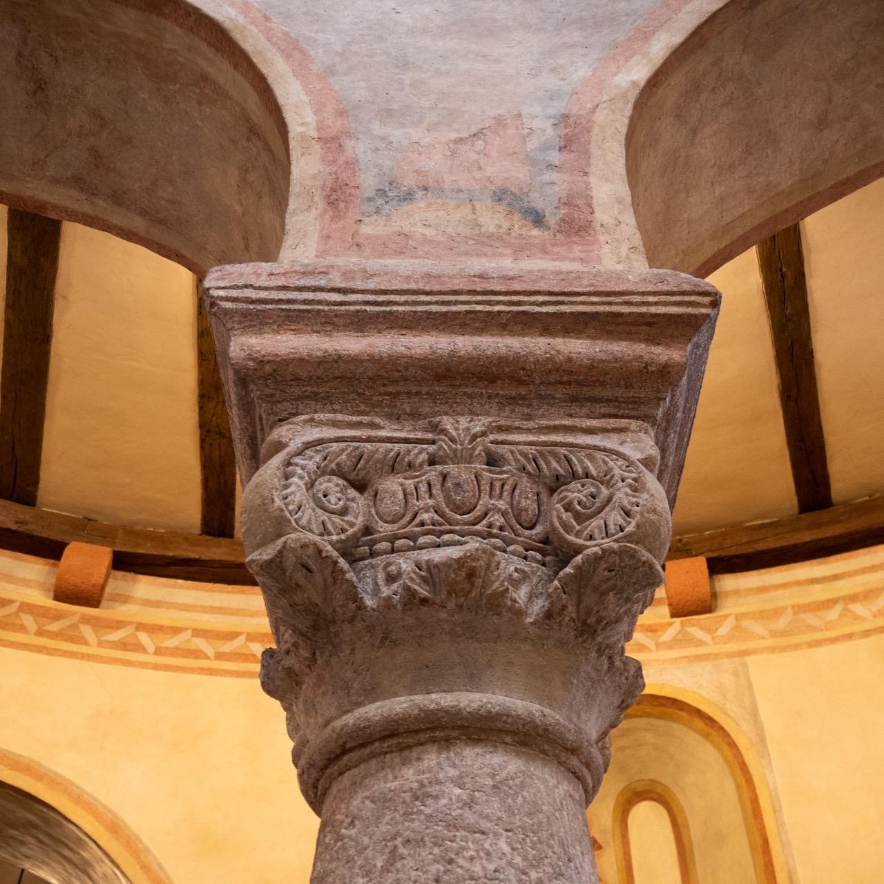 "<a href=""/glossary#Säulenordnung"" target=""_blank"">Kompositkapitell</a> aus dem karolingischen Gründungsbau (822)"