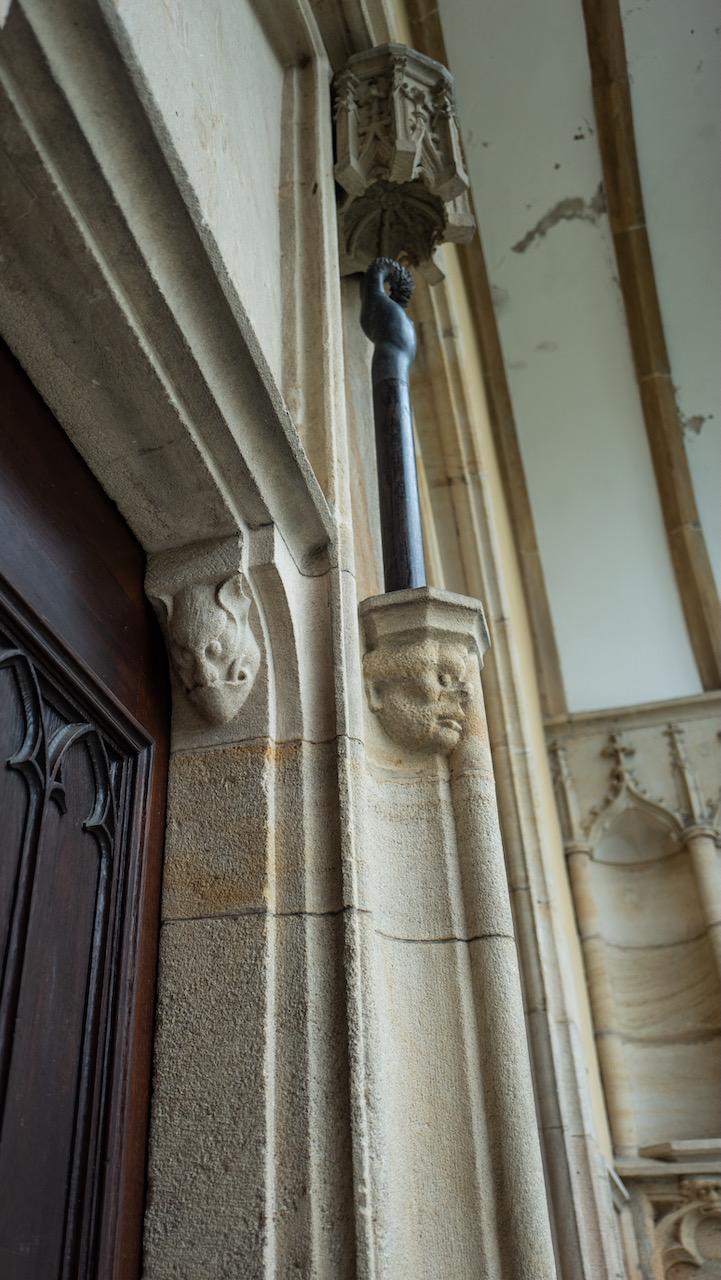 Westportal, Grotesken am Trumeau links