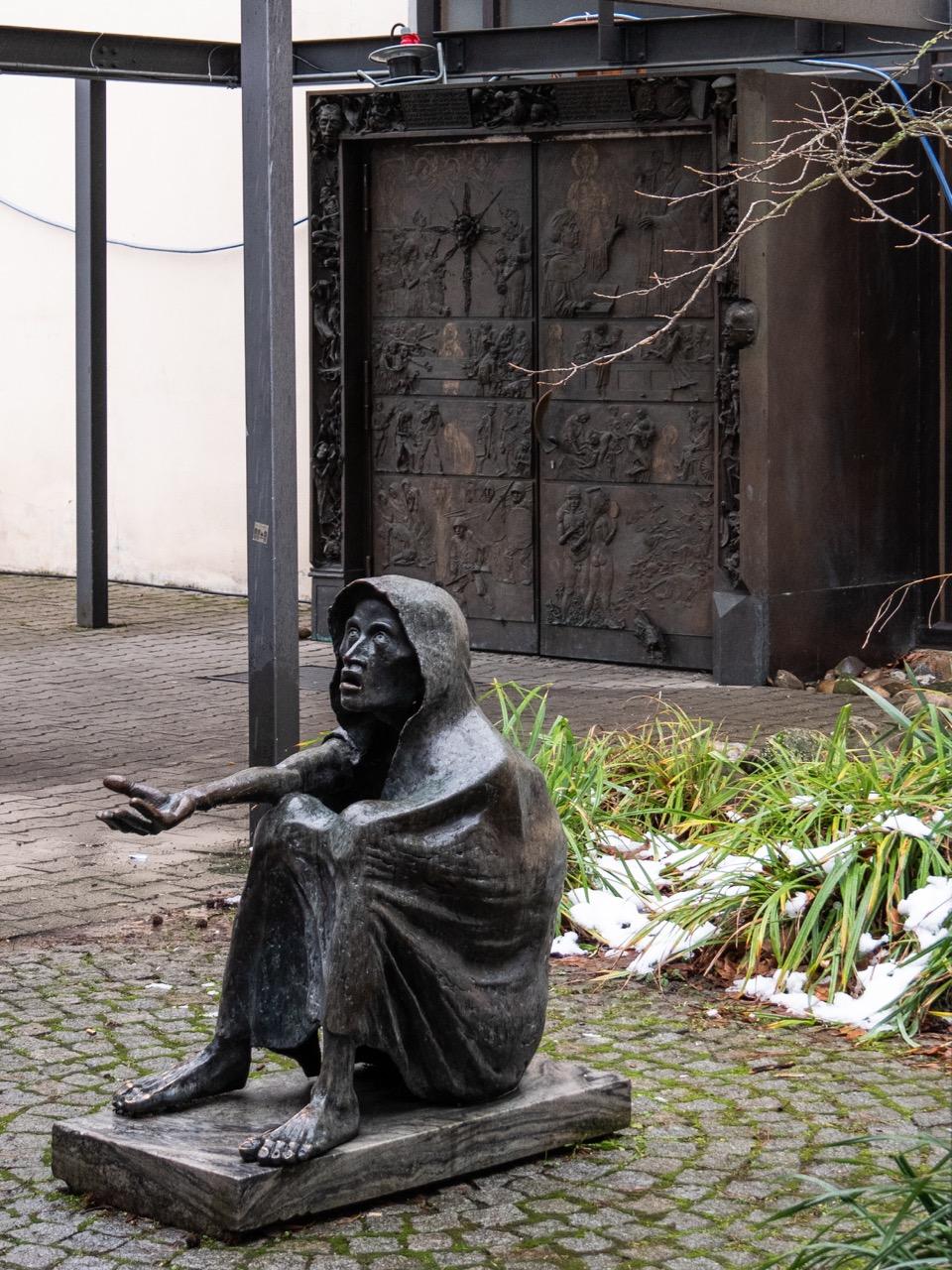 """Bronzeskulptur """"Afrika hungert"""" (Kurt E. Grabert, 1984)"""