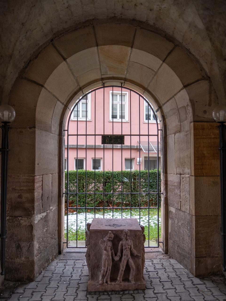Skulptur in der Vorhalle unter dem Turm