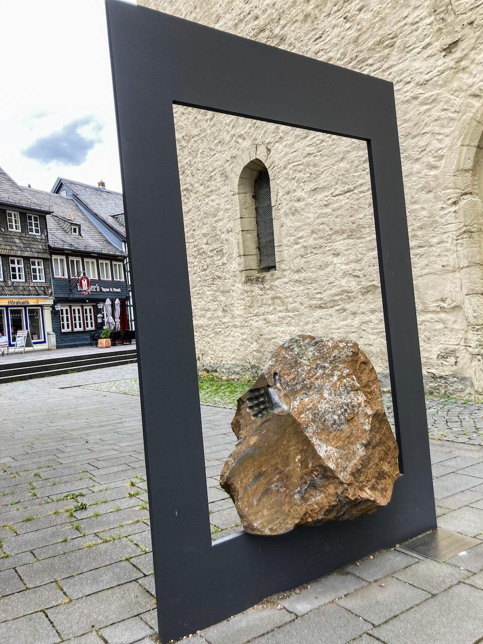 """Skulptur """"Hommage au Rammelsberg"""" aus einem Erzbrocken zur Erinnerung an Erzbergbau des Rammelsbergs (Christoph Wilmsen-Wiegmann, 2000)"""