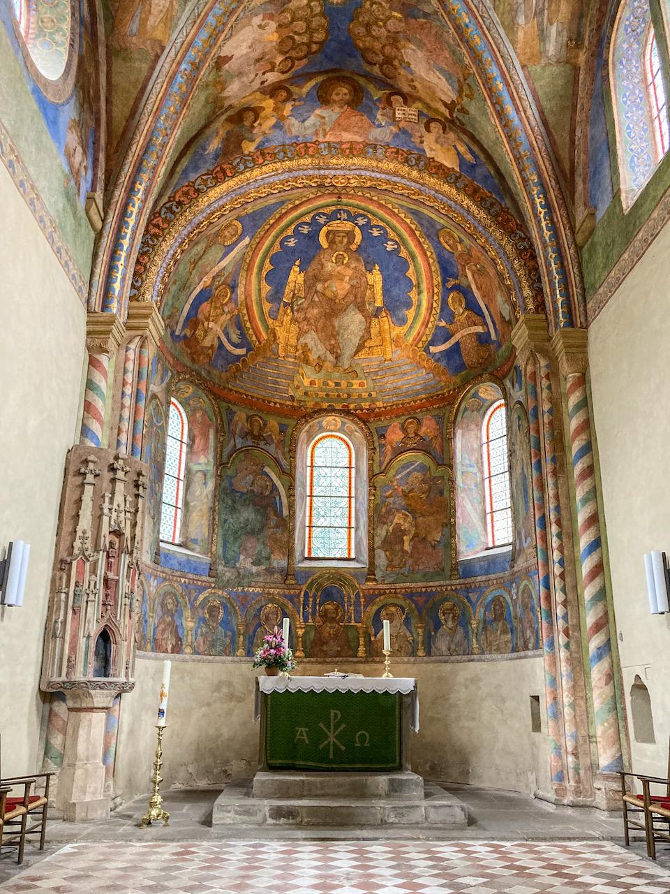 Altarraum mit Wandmalereien (erste Hälfte 13. Jh.), im Zentrum die thronende Mutter Gottes, im Schoß der segnende Christus, umgeben von einer Mandorla in Regenbogenfarben