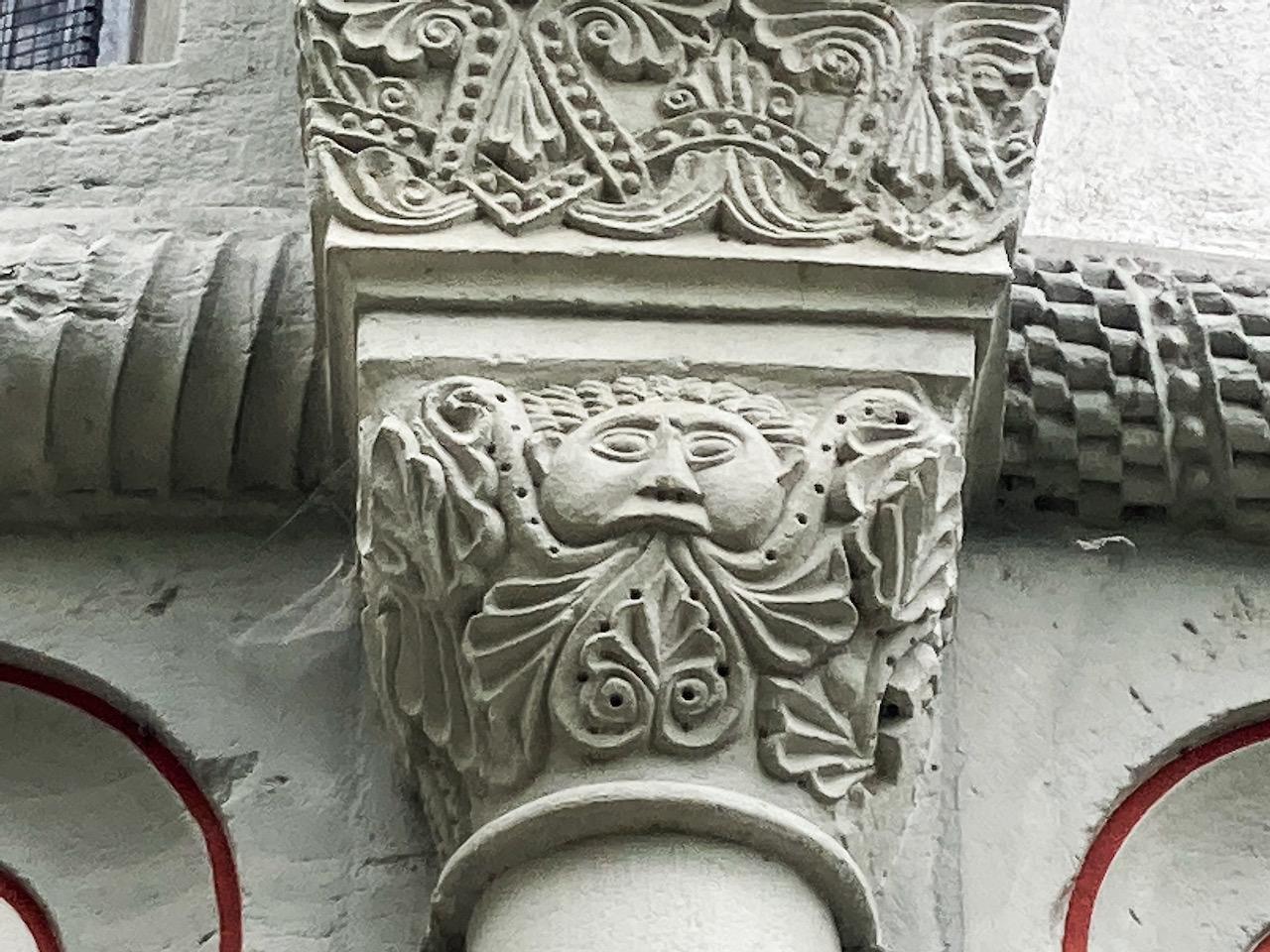 Blattmaske am Chor